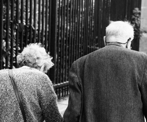 ouder koppel op straat